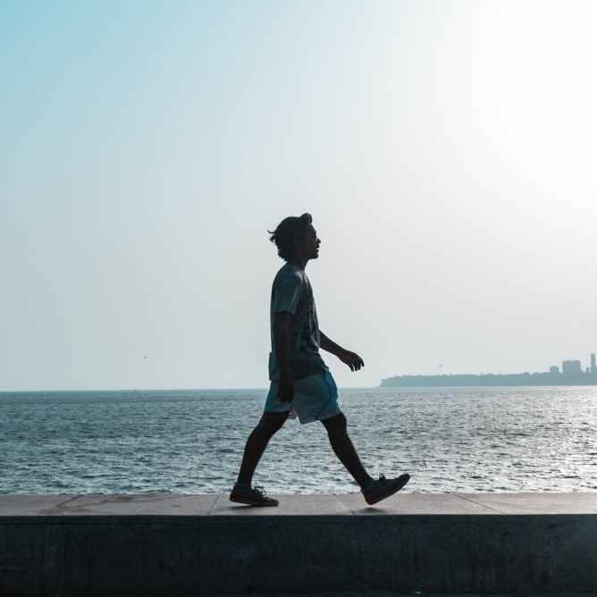 homme marchant pres du plan d eau